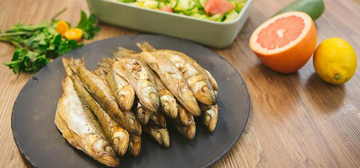 Копченая корюшка с мятно-цитрусовым салатом