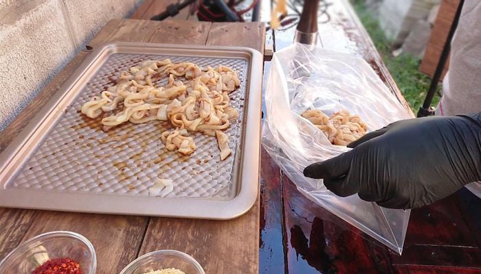Укладывание кальмаров в пакет для маринования