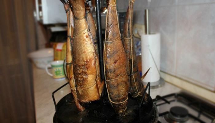 Копченый сибас в цилиндрической коптильне