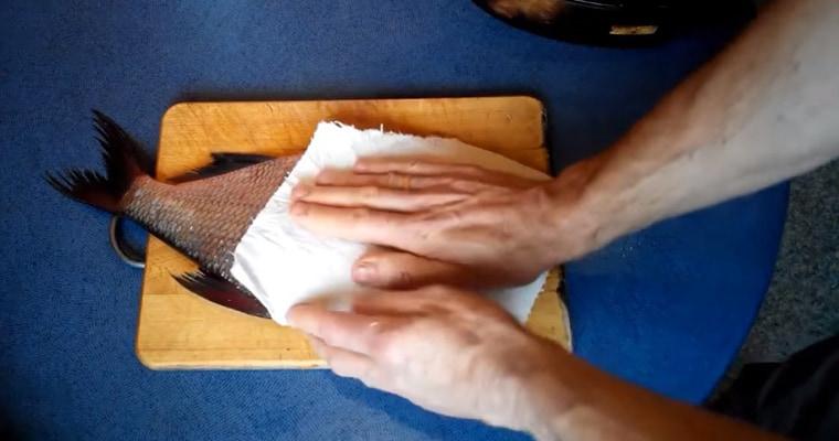 Удаление лишней соли бумажной салфеткой