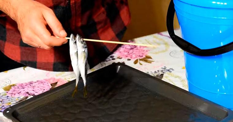 Нанизывание рыбы на шпажки