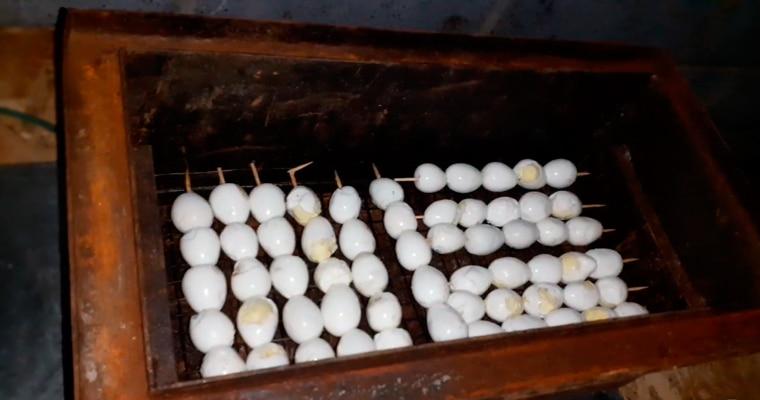 Перепелиные яйца на шпажках в коптильне