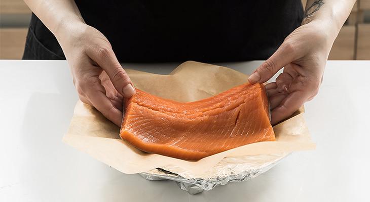 Филе рыбы на пергаментной бумаге