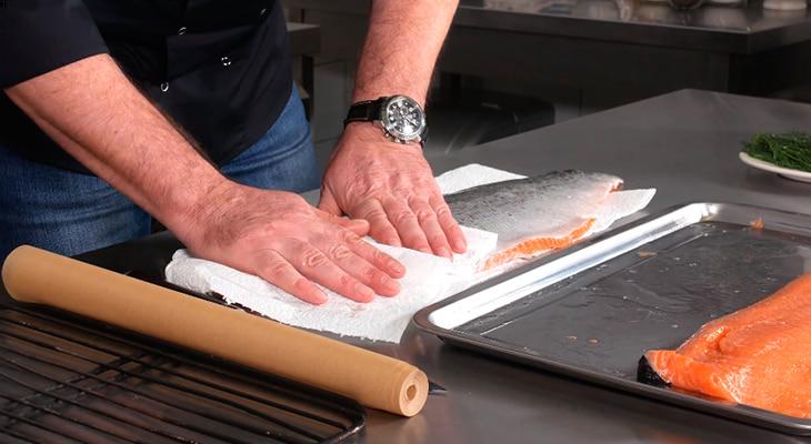 Протирание филе рыбы