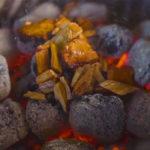 Выкладывание щепы на угли