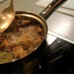 Приготовление маринада с луковой шелухой и чаем