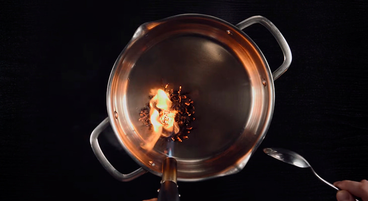Поджигают листья чай