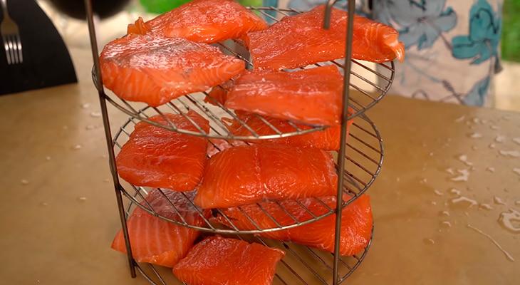 Просушивание филе лосося на решетке