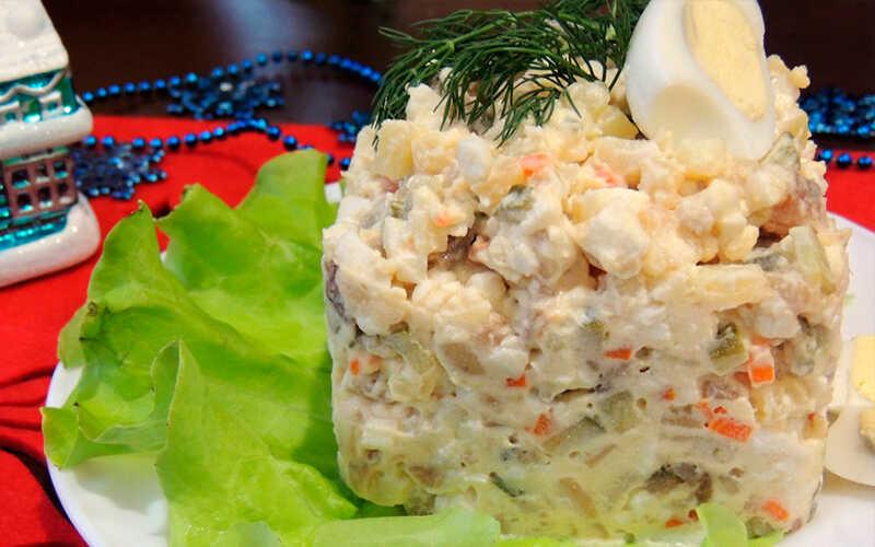 Салат с копченой сельдью с заправкой из соевого соуса