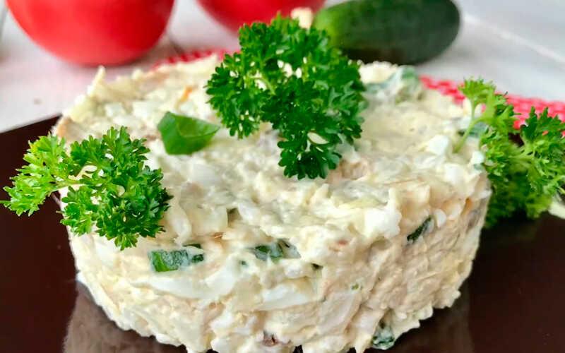 Салат с копченой селедкой с рисом и сыром
