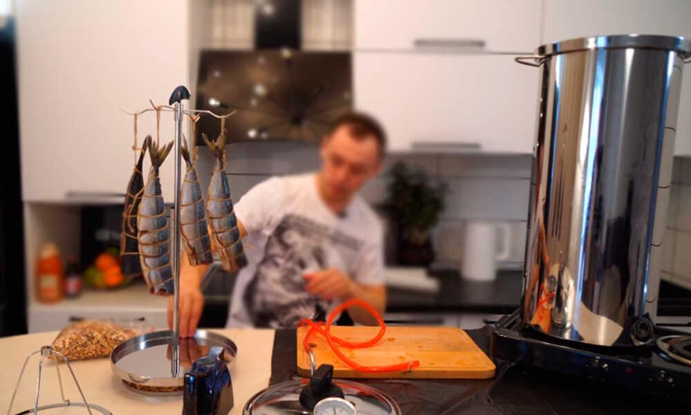 Подвешенная рыба на крючках