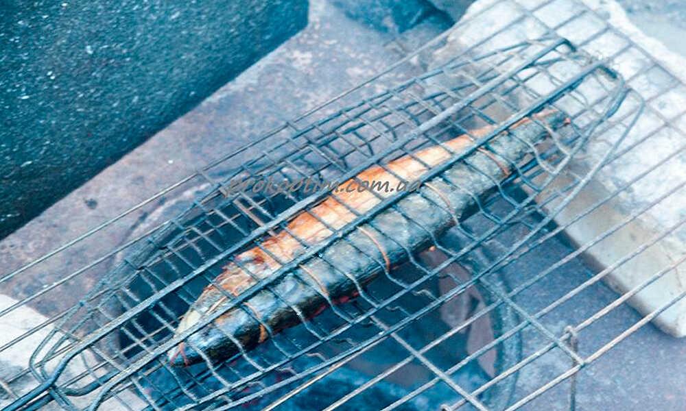 Приготовленная скумбрия на мангале