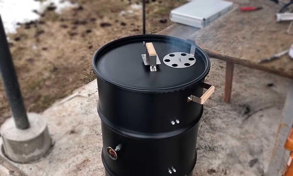 Процесс горячего копчения в бочке