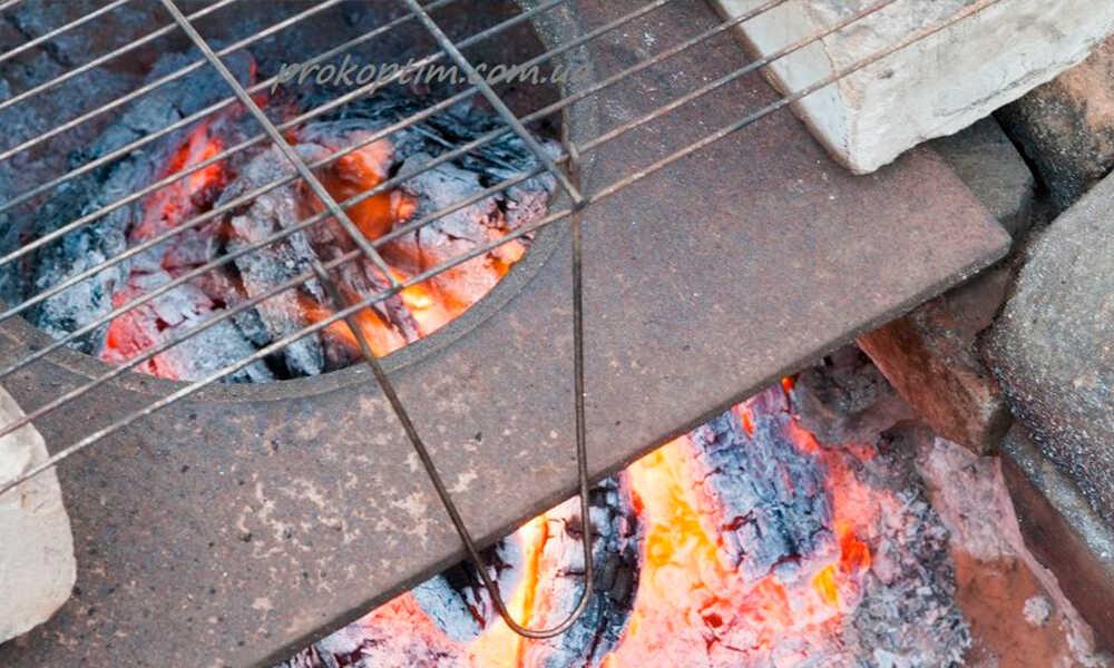 Разводят огонь и устанавливают решетку