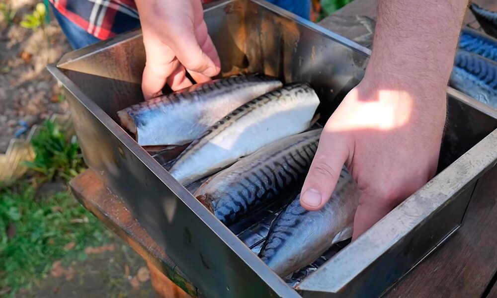 Устанавливают решетку с рыбой