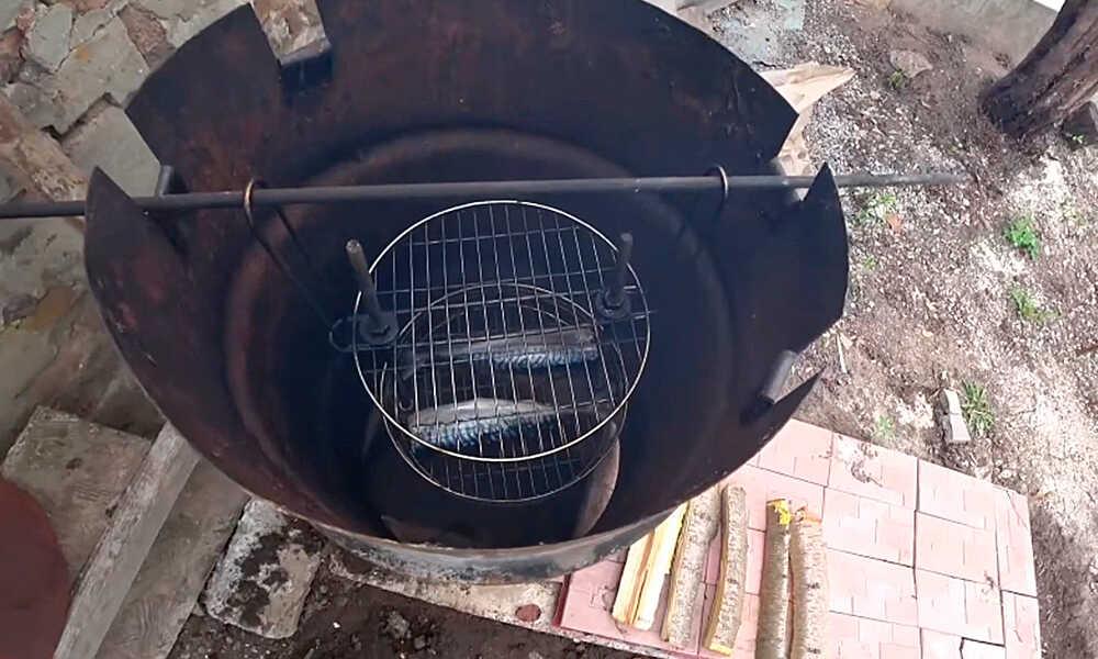 Установленная решетка с рыбой в бочке