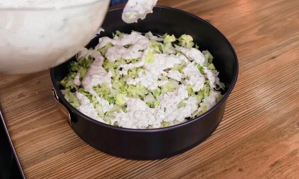 1 слой: измельченный салат айсберг
