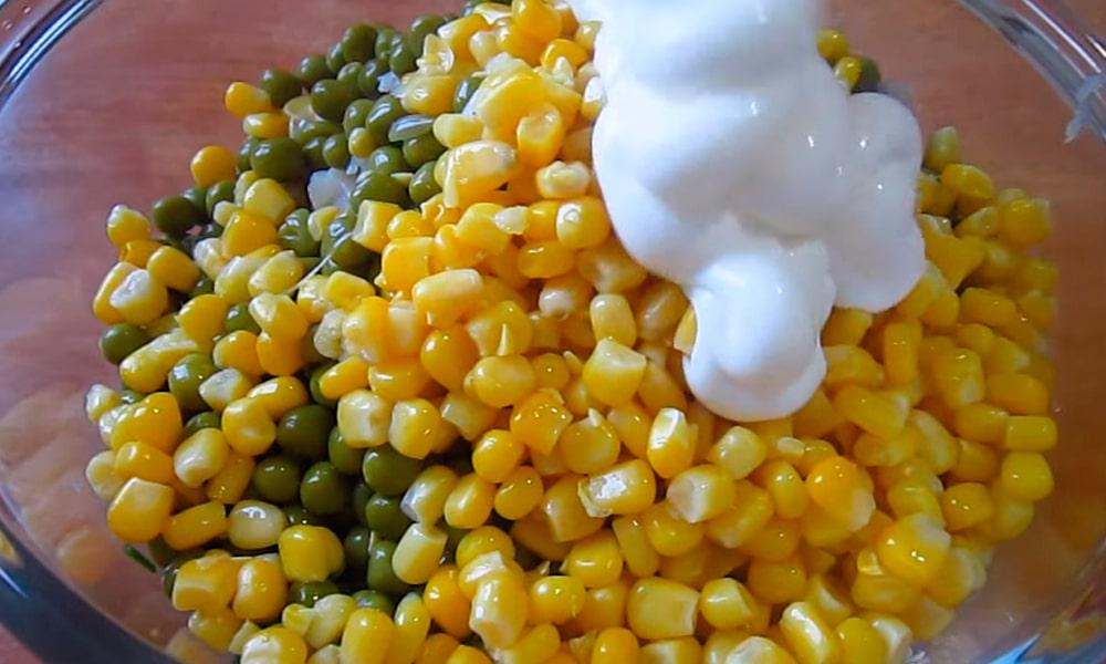 Добавляют кукурузу, горошек и майонез