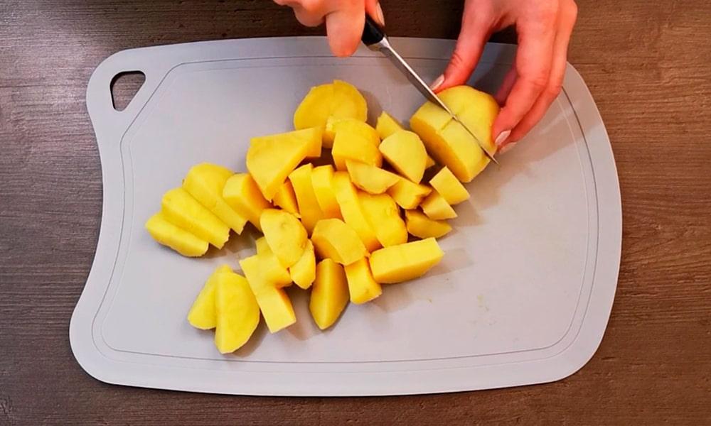 Картофель нарезают кубиками