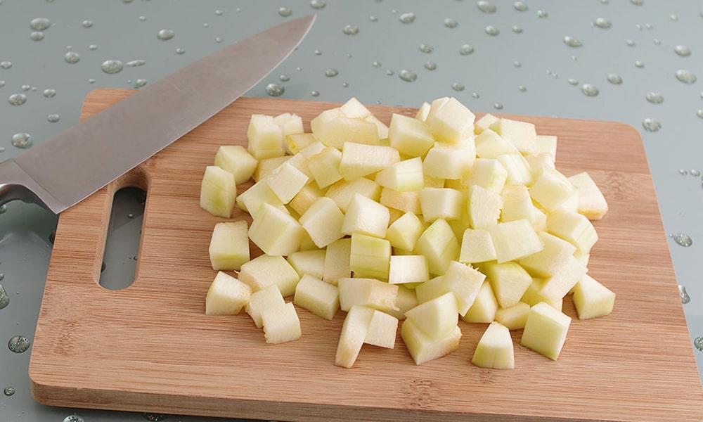 Кубиками нарезают картофель