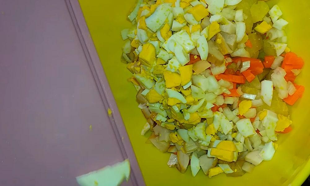 Нарезанные яйца отправляют к остальным ингредиентам