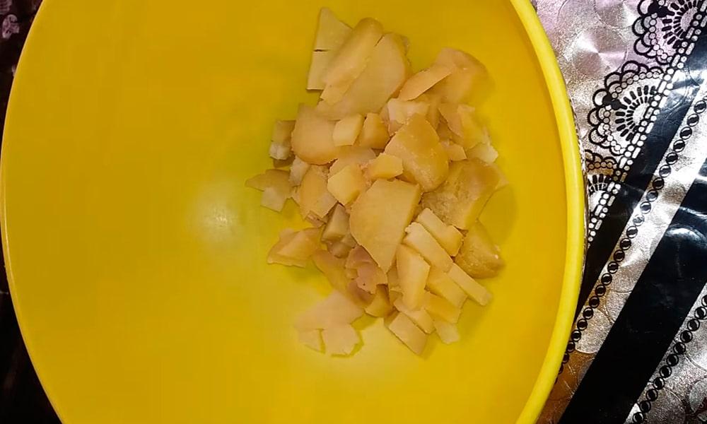 Нарезают картофель мелкими кубиками