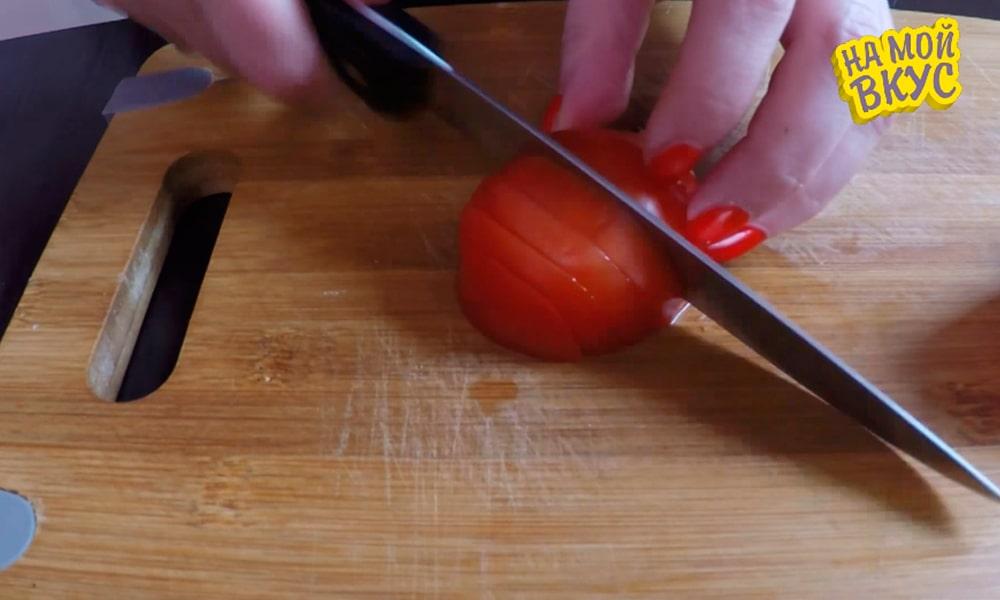Нарезают томаты дольками