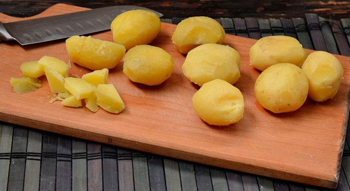 Нарезают варенную картошку