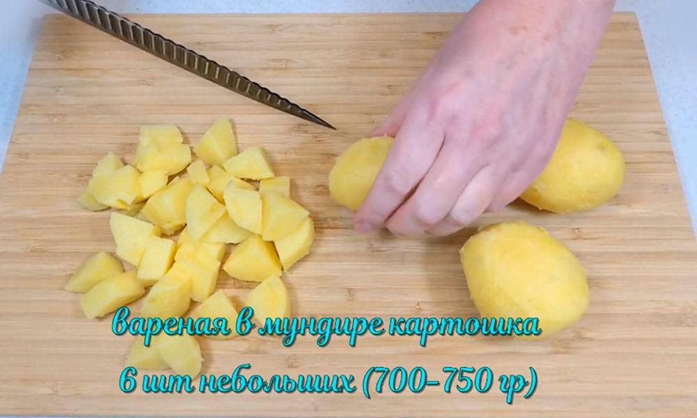 Нарезают варенный в мундире картофель