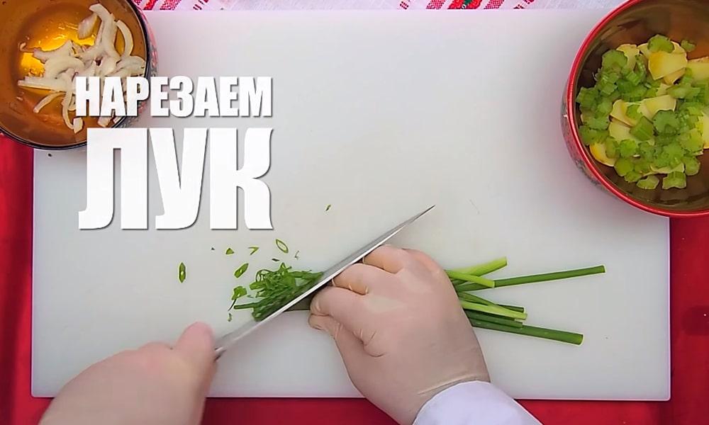 Нарезают зеленый лук