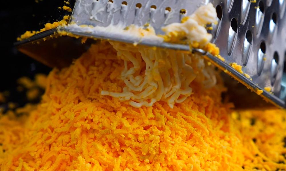 Натертая морковь и плавленый сыр