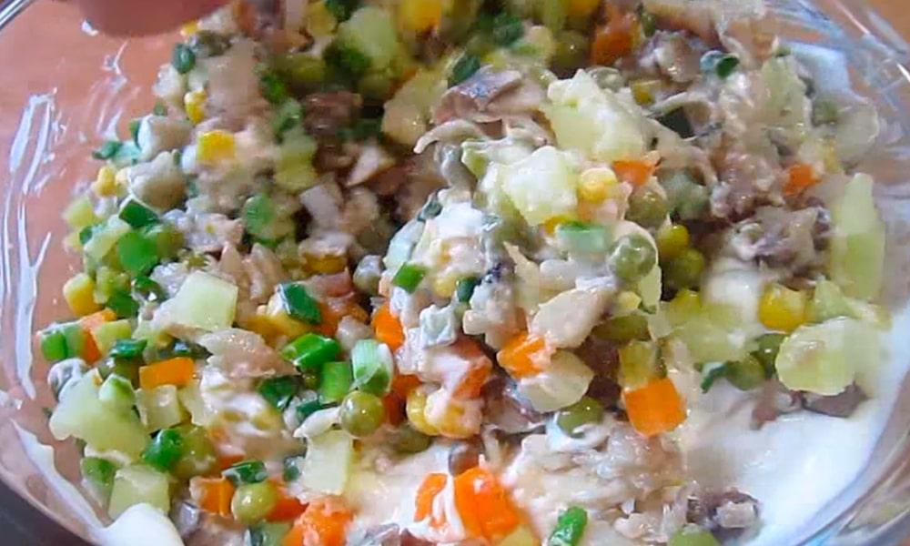Перемешивать салат