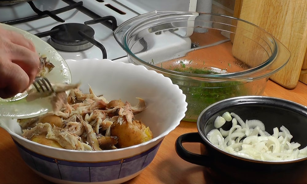 Рыбу добавляют к картофелю