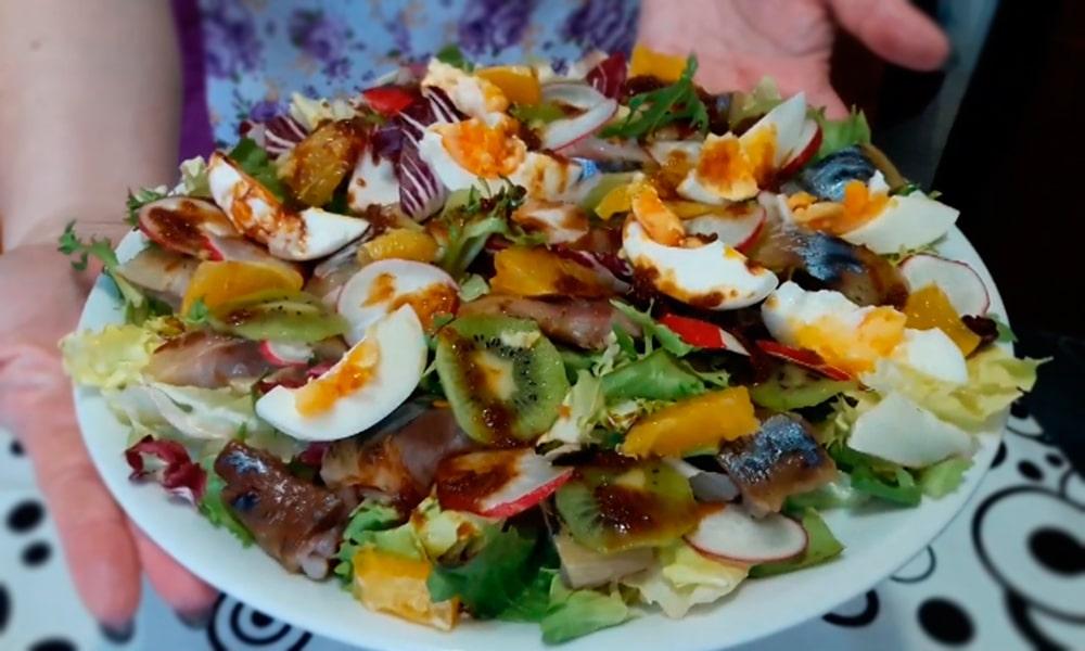Салат с киви, апельсином и соевым соусом