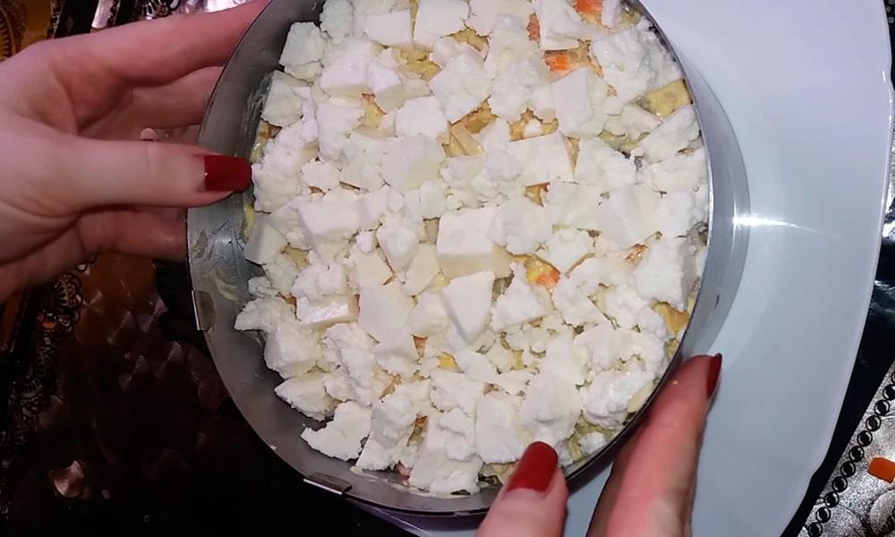 Украшают салат сыром фета