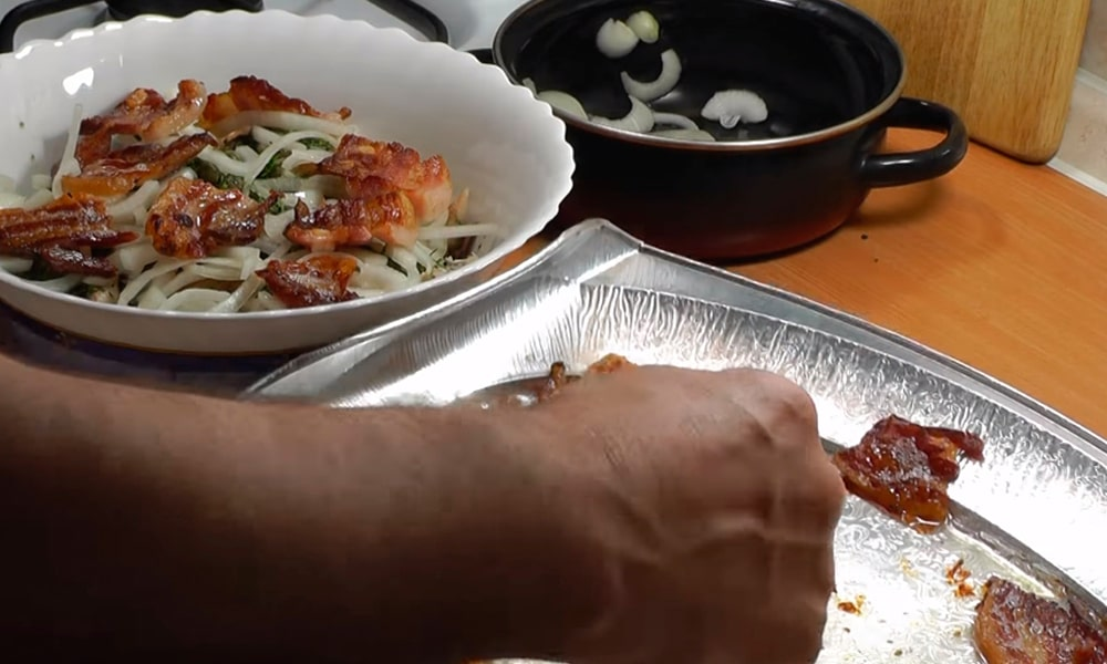 Украшают салат запеченной грудинкой