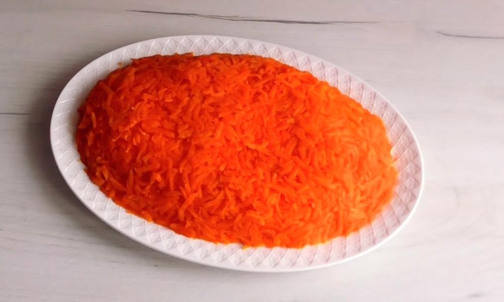 Выкладывают тертый морковь