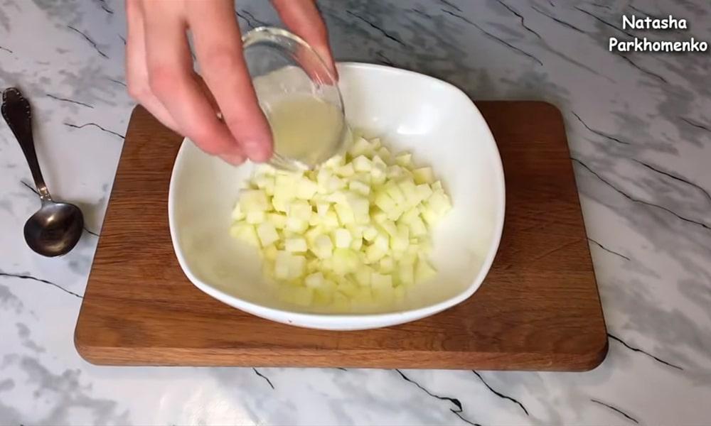 Яблоко смешивают с лимонным соком