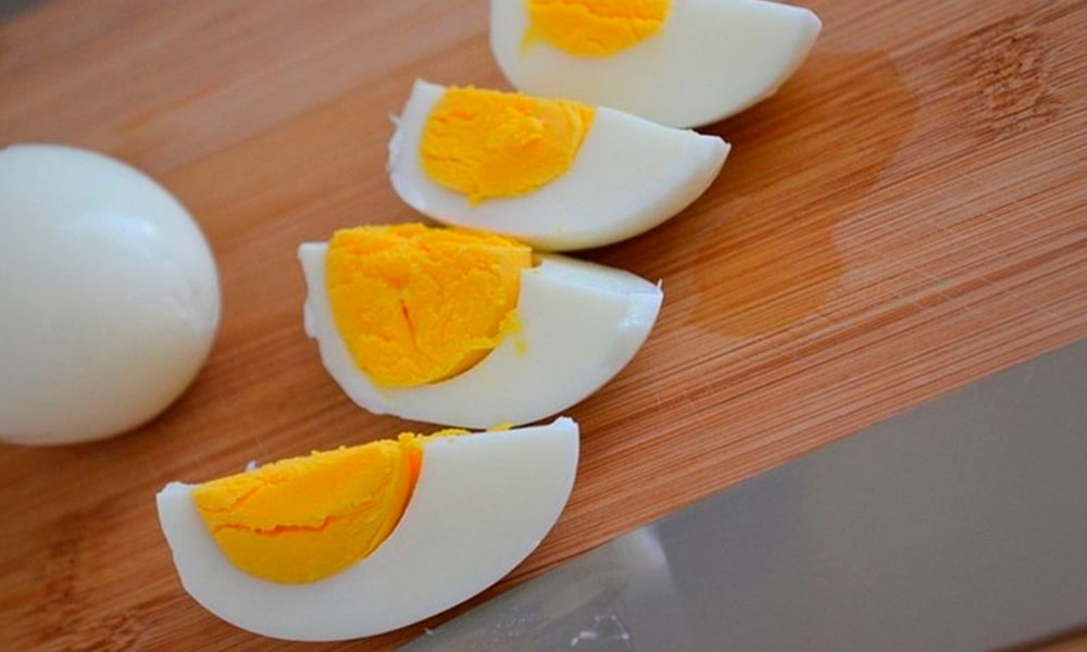 Яйца нарезают четвертинками