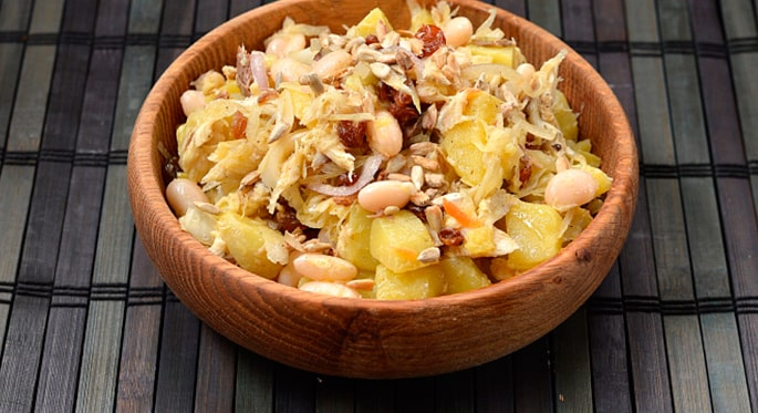 «Зимний» салат со скумбрией и льняным маслом