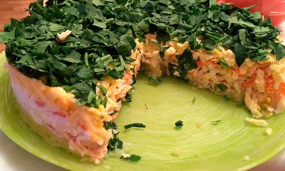 Салат с копченой горбушей и голландским сыром