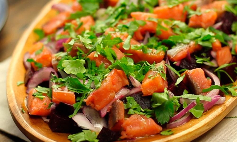 Салат украшают петрушкой